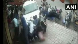 मद्यधुंद तरुणानं थेट फुटपाथवर घुसवली कार, भीषण दुर्घटनेचा LIVE VIDEO