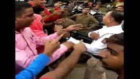 वर्दीवर पुन्हा हात उचलला, मुब्य्रात तरुणांचा पोलिसांवर हल्ला LIVE VIDEO