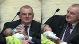 स्पीकरने संसदेतच मुलाला पाजले दूध, PHOTO VIRAL