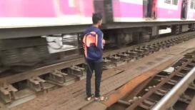 SPECIAL REPORT : धावत्या रेल्वेच्या बाजूने लोकांना करावा लागतोय प्रवास!